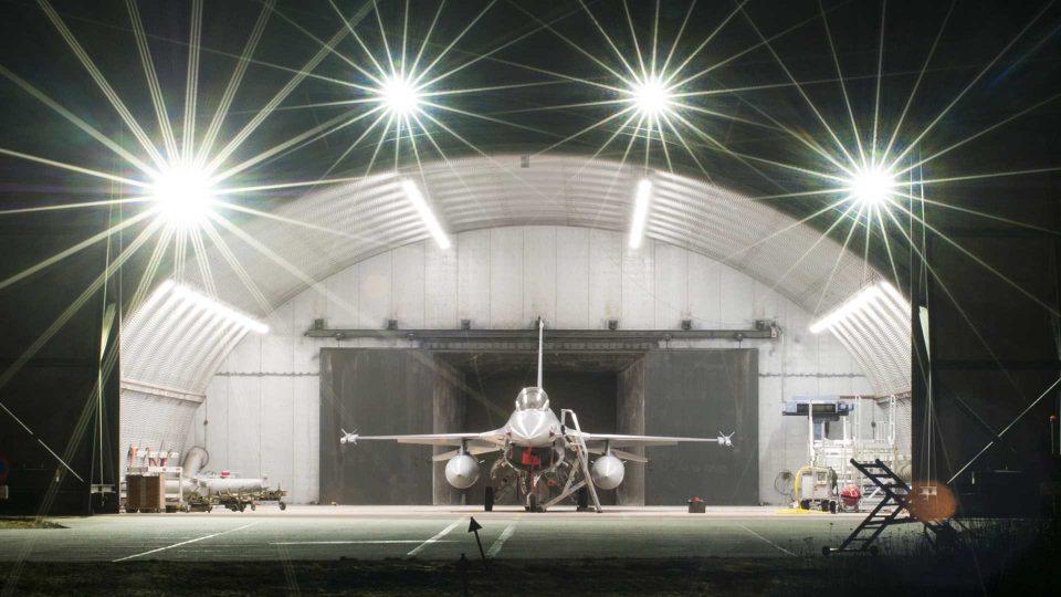 F16 i hangar (foto: fotoholm.dk