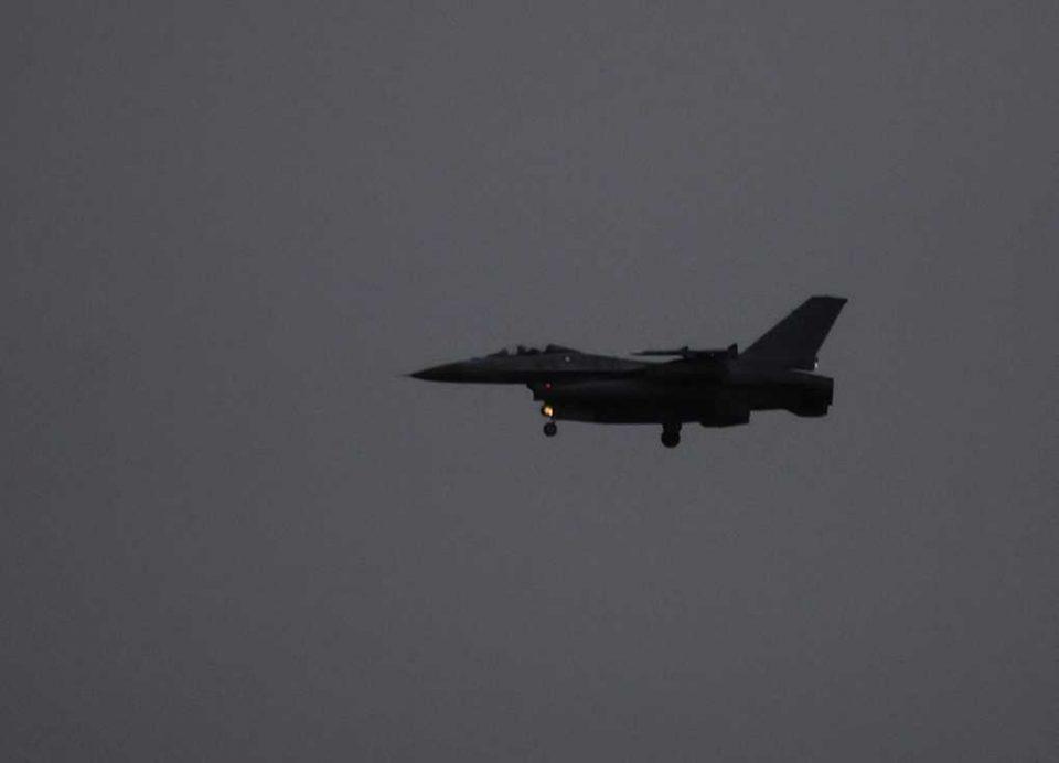 F16 under landing Arkivfoto: René Holm
