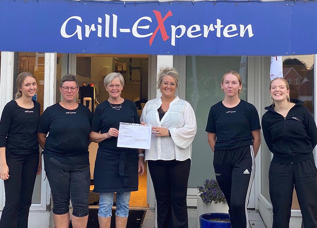 Indehaver Birgit NIelsen og personalet overrækker checken til Høtteformand Tina Rosenkilde-Hansen Foto: Pivatfoto