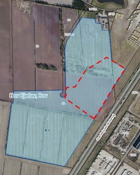 Hummel har erhvervet sig arealet indenfor den stiplede, røde linje, der er på cirka 61.000m2. Det samlede areal, som er markeret med lyseblåt, er på cirka 300.000m2 Illustration: Aabenraa Kommune
