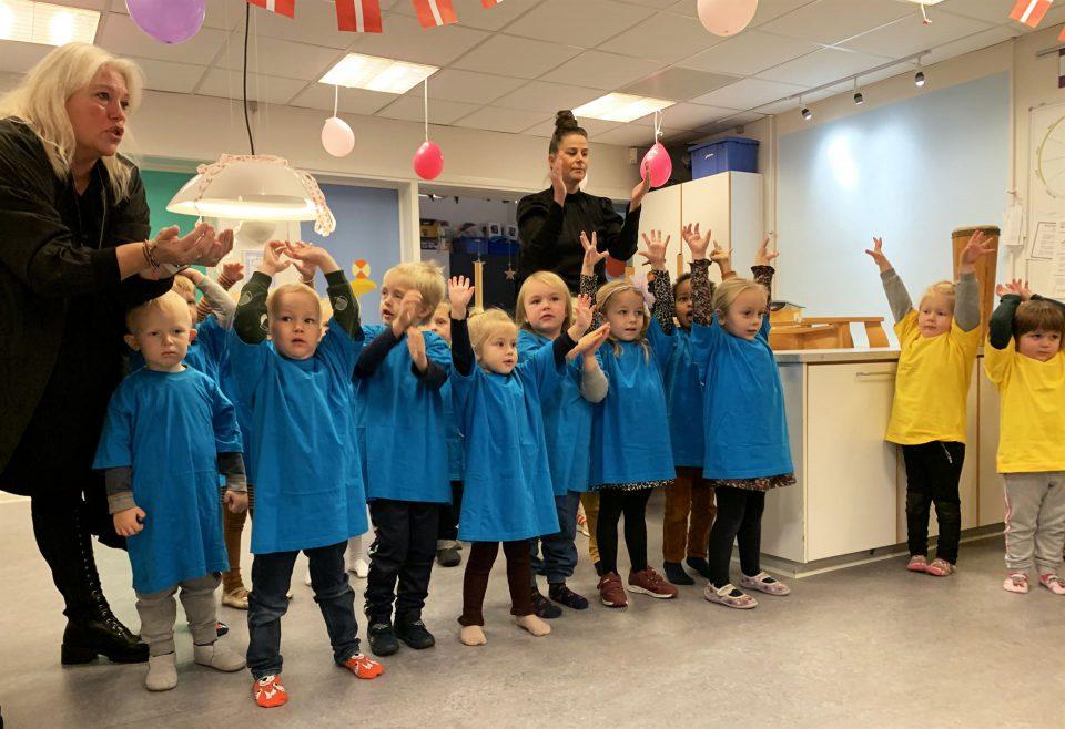 Fredag fejrede alle børn og voksne i Ejsbølhus den nye titel som Sangglad Børnehave med sangerfest Foto: Pressefoto