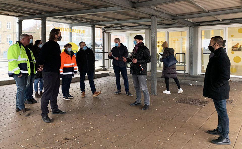 Syd- og Sønderjyllands Politi, Haderslev Kommune samt Sydtrafik og Tide Bus gennemførte i sidste uge en tryghedsvandring på Haderslev Busstation Foto: Pressefoto