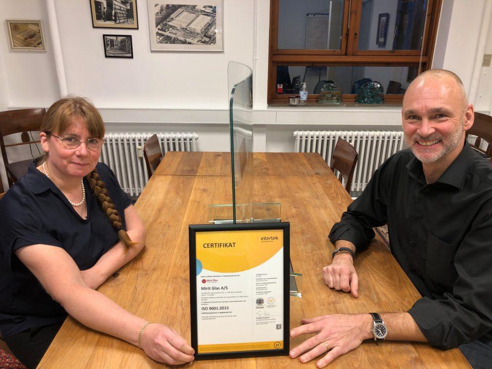 Her ses direktør Jens Milbrat og teknisk ansvarlig Miriam Hartmann med certifikatet Foto: Pressefoto