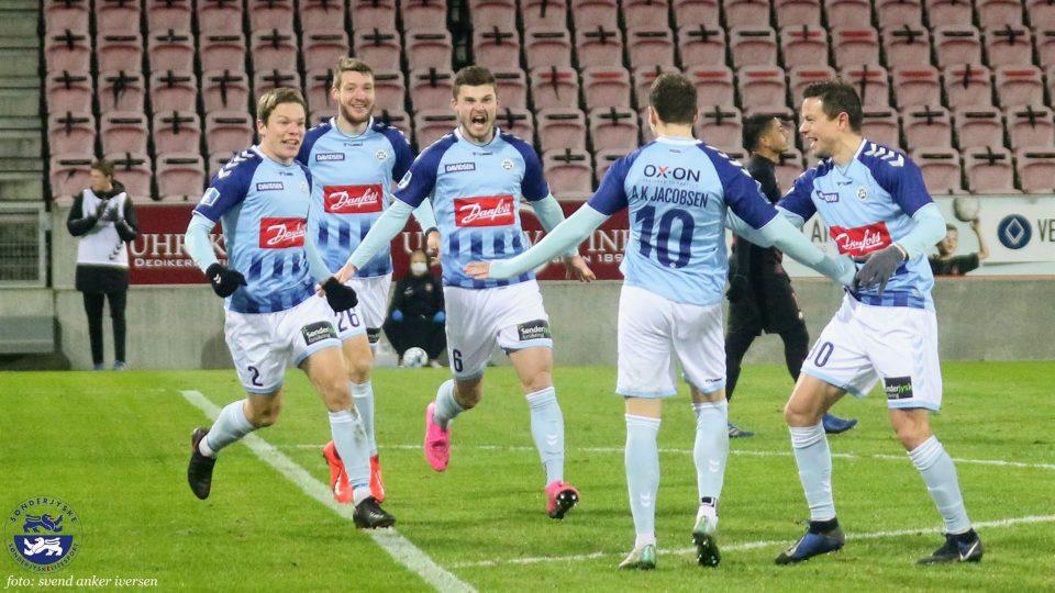 Anders K Jakobsen jubler og tiljubles for sin scoring tl 0-2 Foto: Svend Anker Iversen