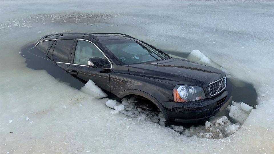 Bilen som isen ikke kunne hole til Foto: Politiet på twitter