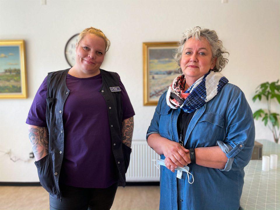 Eva Hillebrand Hansen og Lena Kristiansen Schmidt kan ligesom deres kolleger på området se frem til færre test, når de er vaccineret to gange. Foto: Pressefoto