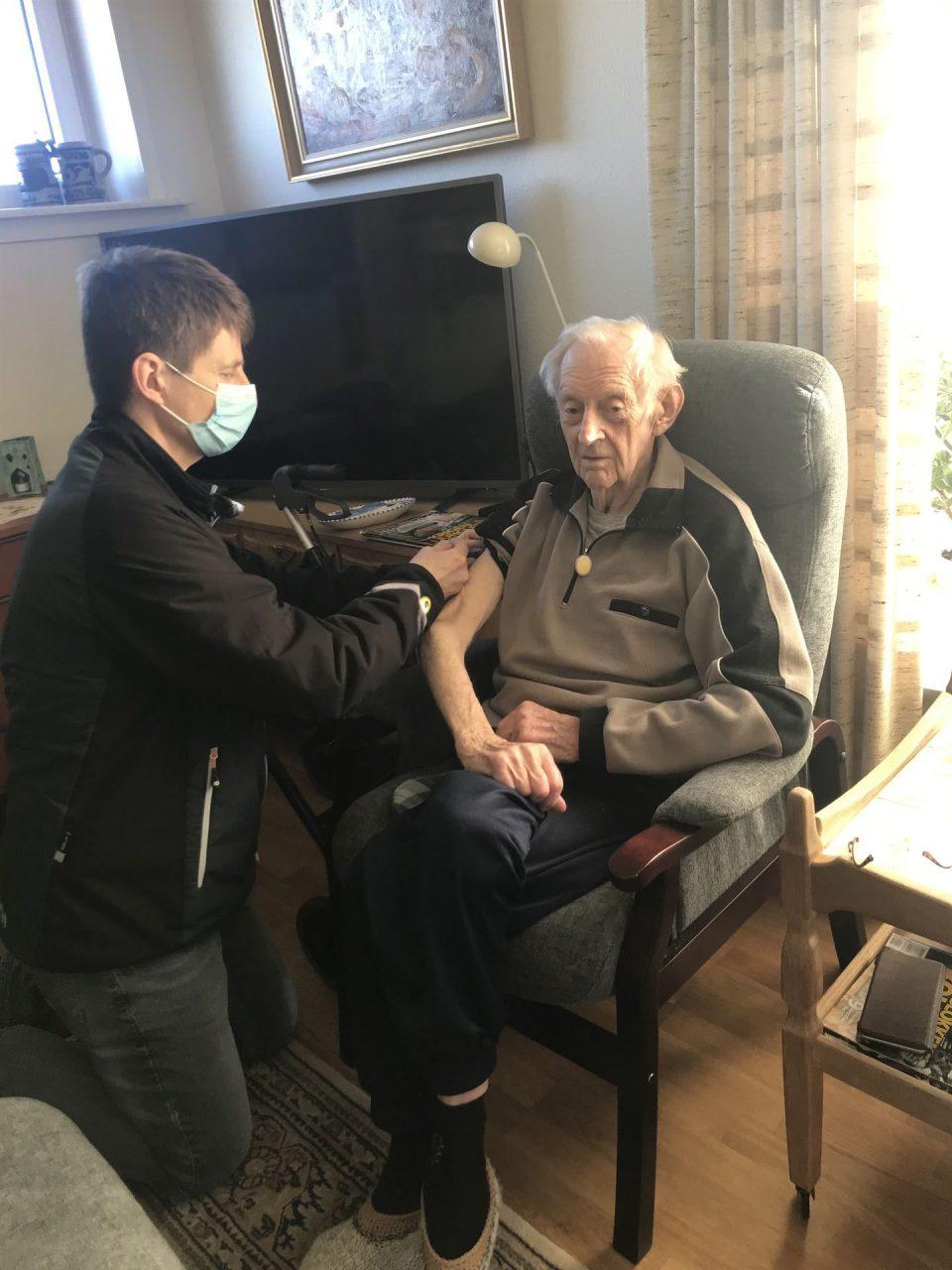 Egon Andersen bliver vaccineret i eget hjem af praktiserende læge Hans-Iver Kley. Foto: Pressefoto