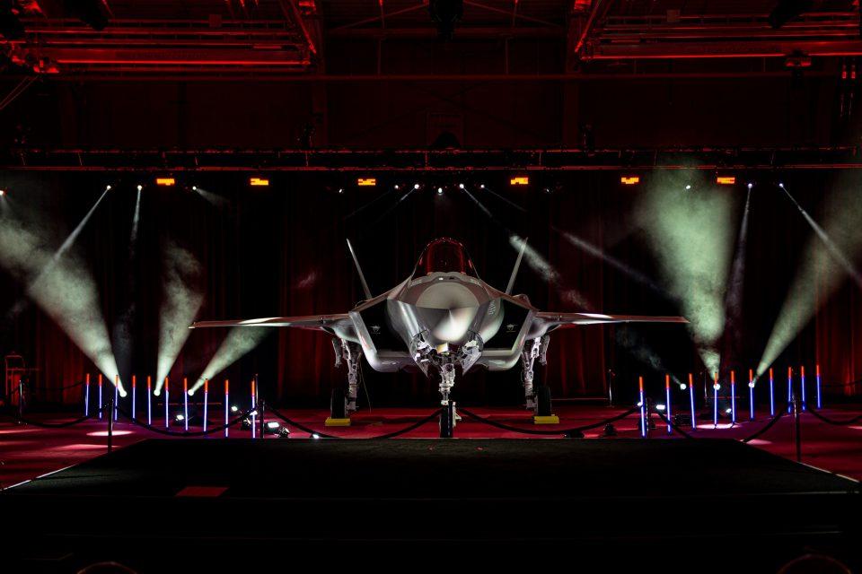 Det første danske F-35 fly står klar i hangaren Foto: Luftvåbenets facebook / Lockhead Martin