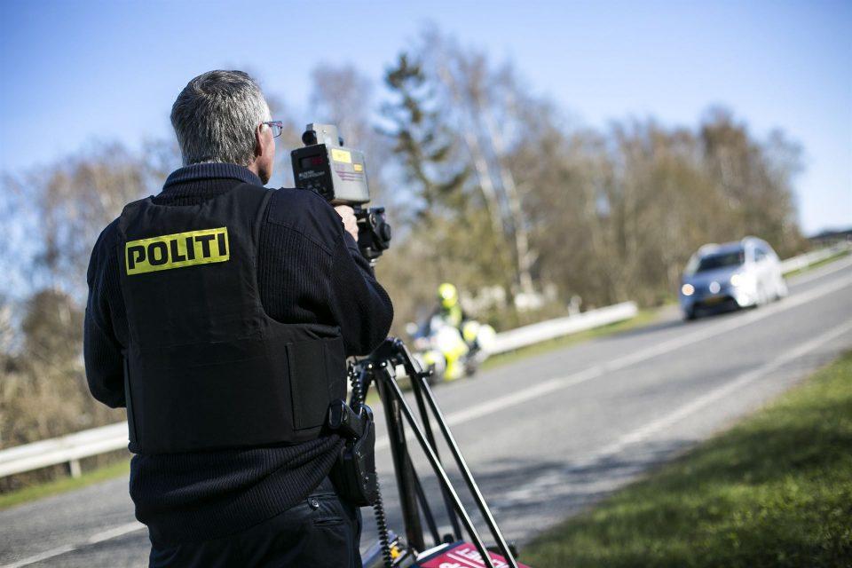 Politibetjent med laser Pressefoto: Kim Matthäi Leland/poiti.dk