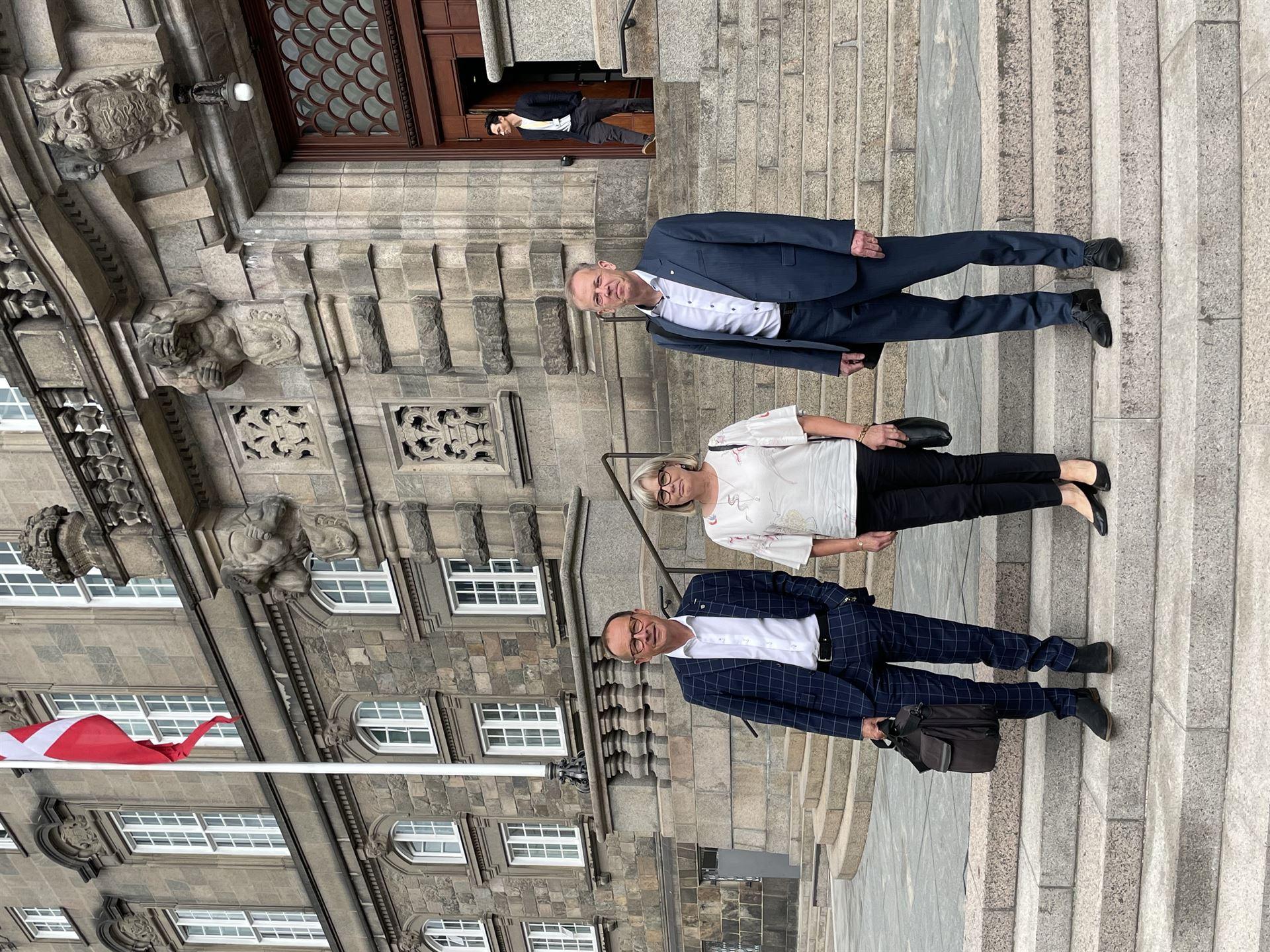 Ved foretrædet deltog fra Haderslev Kommune borgmester H. P. Geil, formand for Flyvestation Skrydstrups naboer, Agnes Rosenlund, og 2. viceborgmester Henrik Rønnow Foto: Pressefoto