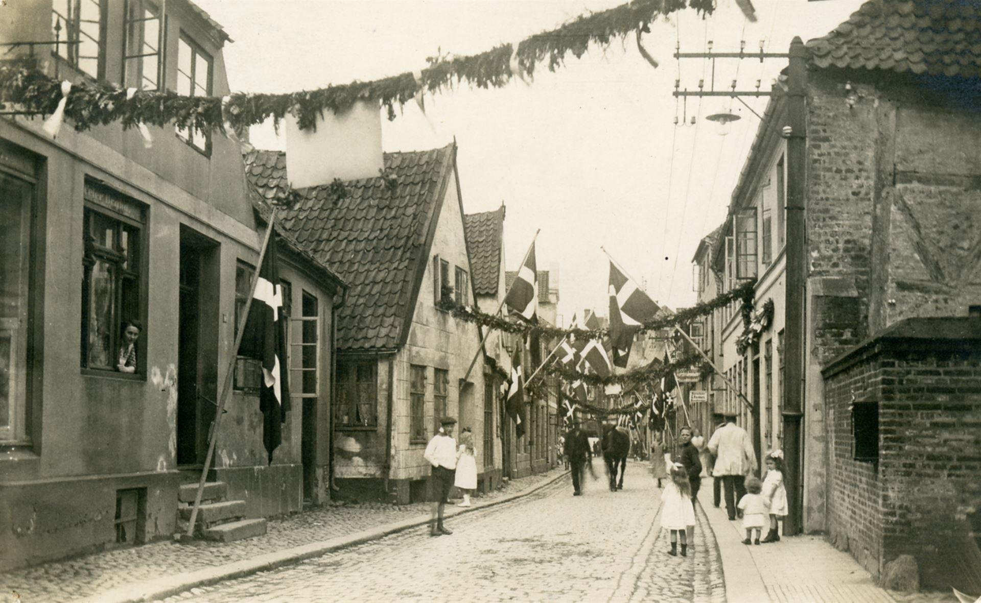 Slotsgade pyntet til Kongens besøg i 1920 Foto: Pressefoto