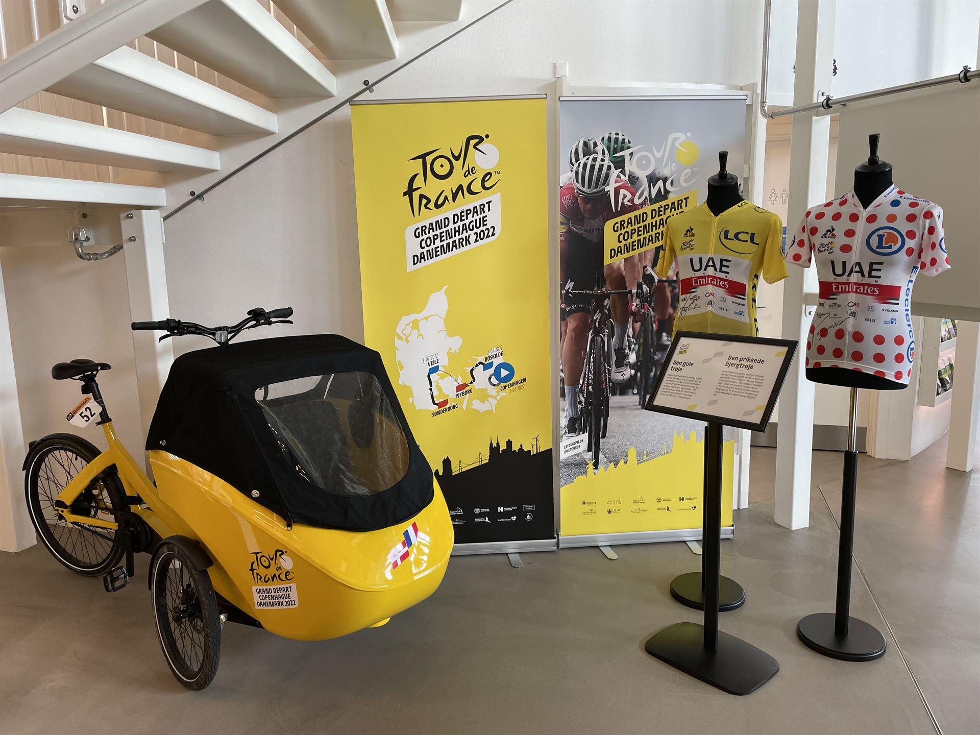 Den gule ladcykel som skal fragte trofæet rundt i Danmark Foto: ritzau.dk