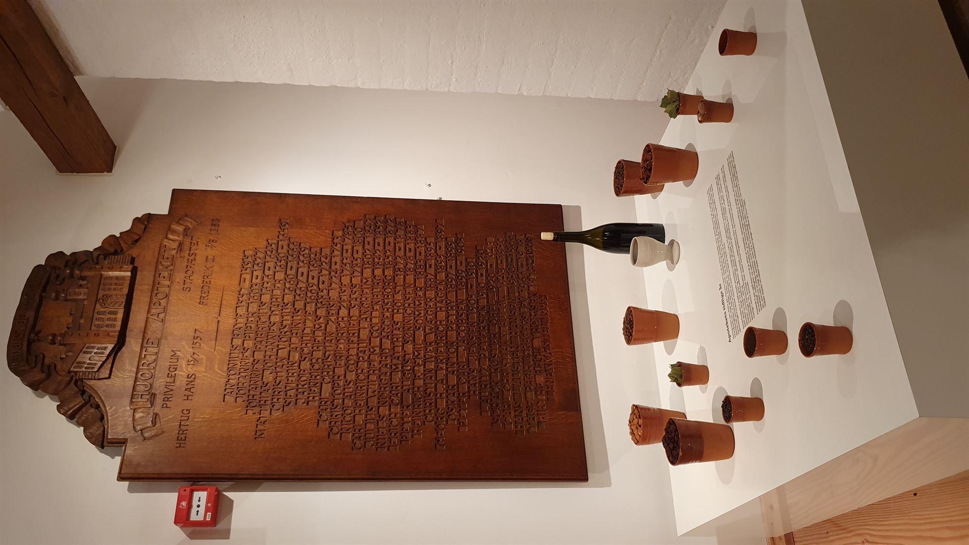 """udstillingen """"Vin og Medicin. Haderslev Hjorte Apotek Foto: Pressefoto"""